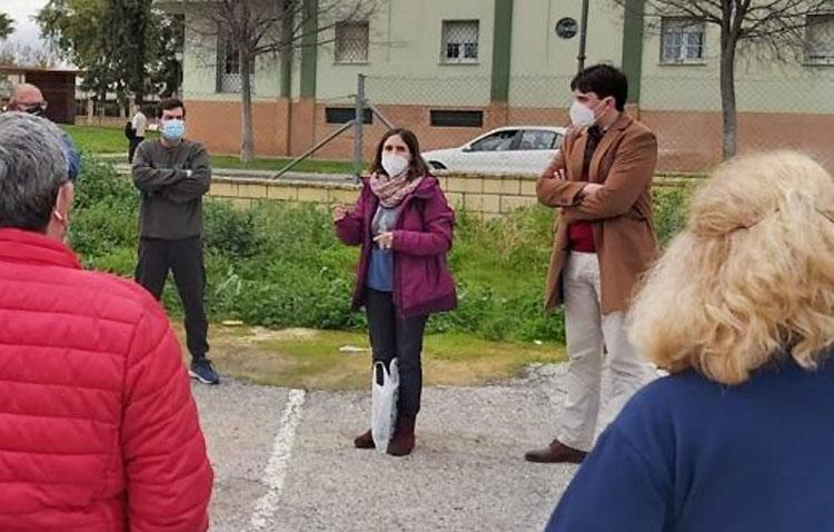 El PSOE de Utrera muestra su apoyo a los vecinos afectados por la instalación del proyecto de gasolinera en Super Carmela