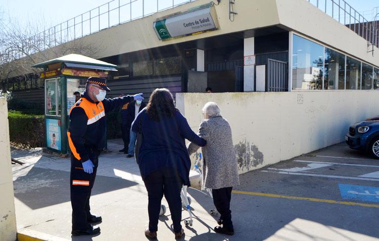 El centro de salud Utrera Norte acoge un momento histórico, con el inicio de la vacunación masiva a los mayores de 90 años