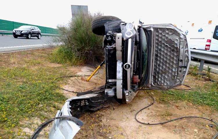 Aparatoso accidente en Utrera al volcar un vehículo con dos pasajeros en la autovía a Sevilla