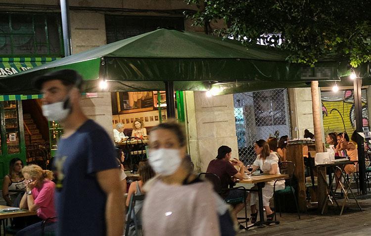 Los utreranos recuperan las cenas en los bares después de meses de restricciones horarias