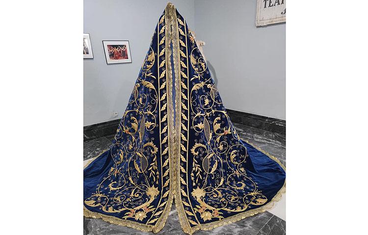 La hermandad de la Quinta Angustia presenta el nuevo manto de la Virgen de la Piedad