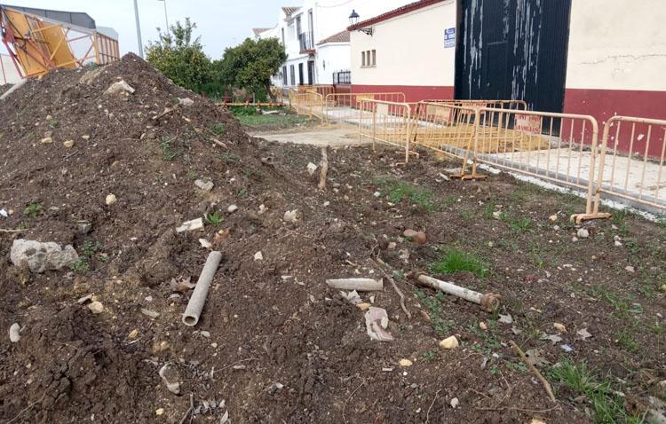 Podemos asegura que los vecinos de Trajano «llevan casi dos años conviviendo entre escombros y restos de amianto»