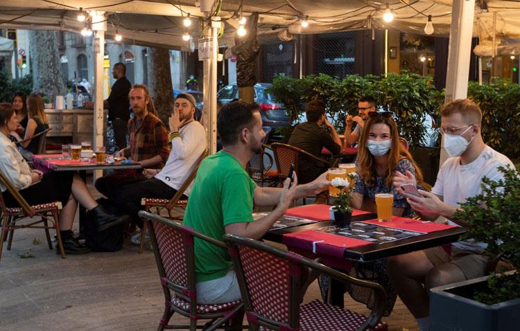 La Junta permite finalmente reuniones de seis personas en cualquier sitio salvo en el interior de los bares