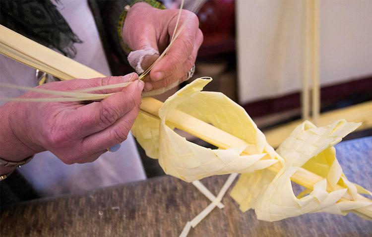 El taller de palmas rizadas vuelve a Utrera tras su suspensión el año pasado