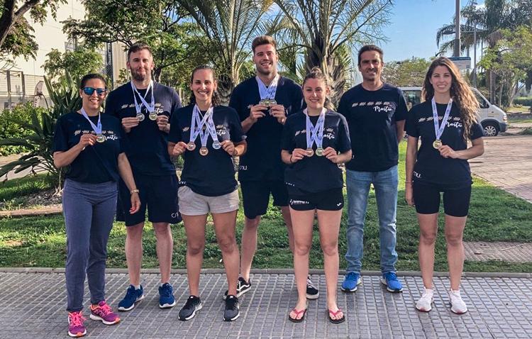 Una docena de medallas para el Club Natación Utrera en el debut de su sección Máster