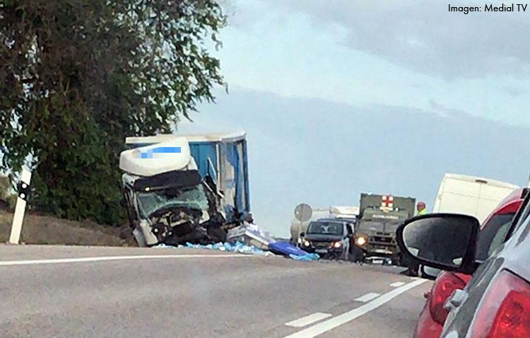 Un fallecido al chocar un camión y un turismo en la carretera que une Utrera con Arahal