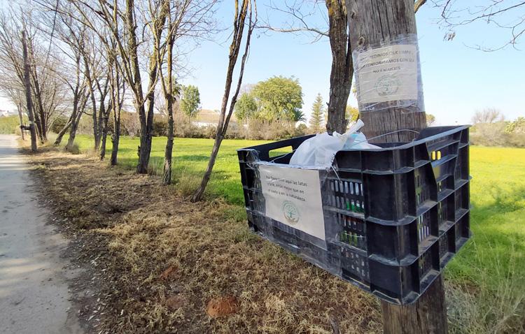 Un grupo de voluntarios coloca cestas en diversos lugares de Utrera para recoger los residuos de los ciudadanos