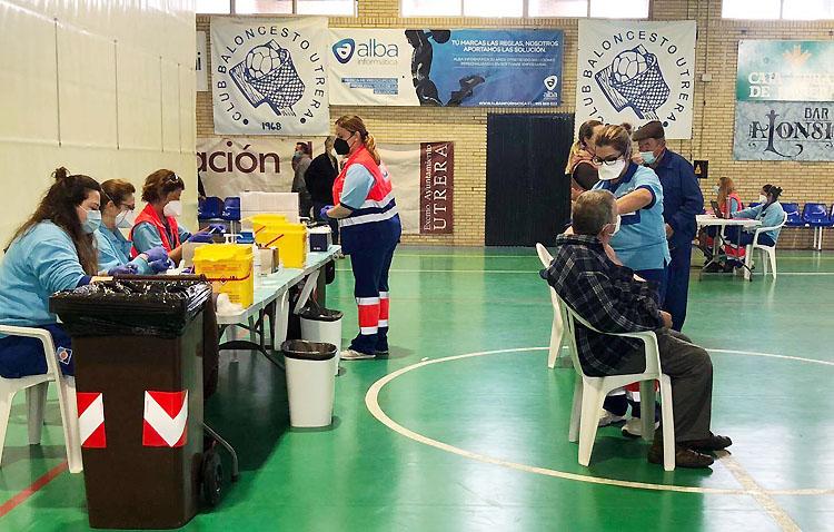 Nueva jornada de vacunación masiva con 400 utreranos en el pabellón «Pepe Álvarez»