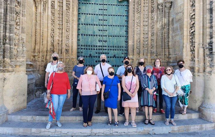 El grupo «Amigas de Utrera» retoma sus actividades con una visita a la parroquia de Santiago