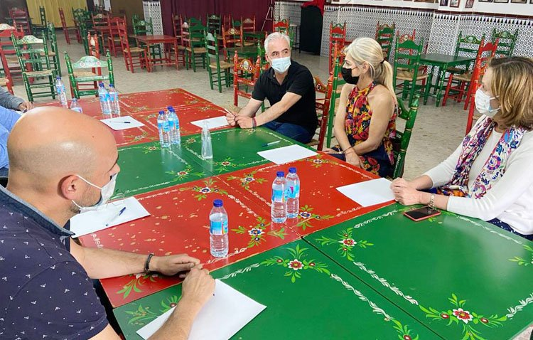 La consejera de Cultura muestra en Utrera su apoyo a las peñas flamencas
