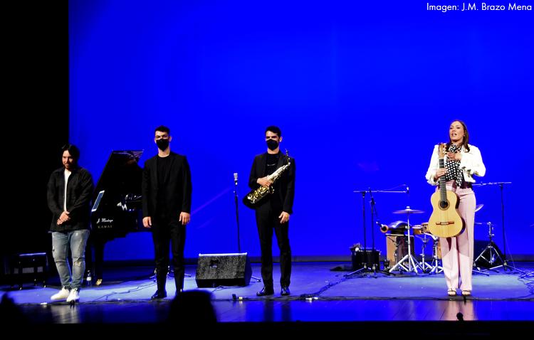 Aplaudido concierto de los artistas utreranos María Marín, Manu Brazo y Pepe Fernández  en el teatro