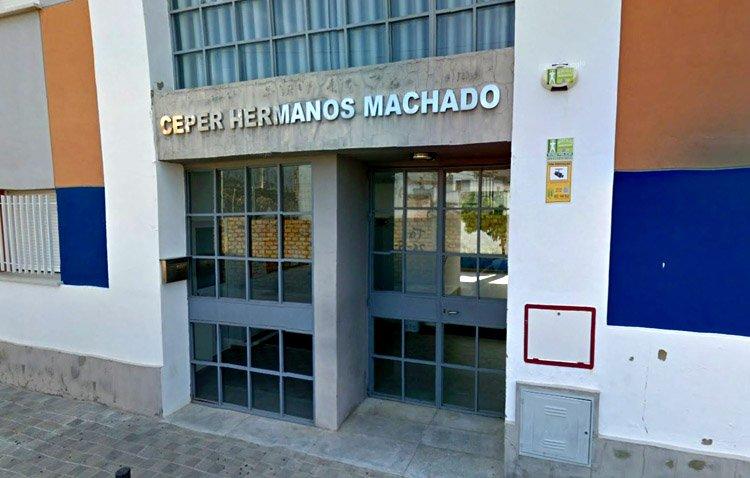 El centro de Educación Permanente de Utrera abre un año más el período de matriculación para sus últimas plazas