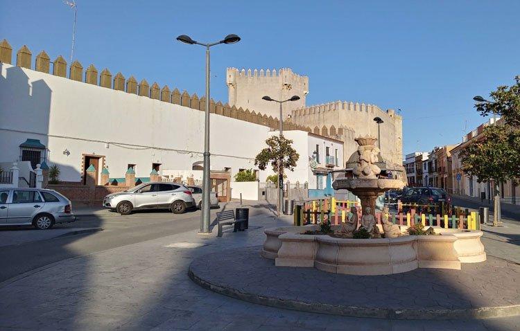 Los Molares apuesta por su patrimonio con la restauración de la muralla de su castillo y la cubierta del dolmen