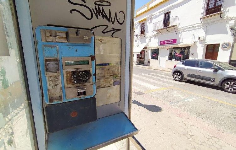 Las cabinas telefónicas, un trozo de historia con los días contados en Utrera