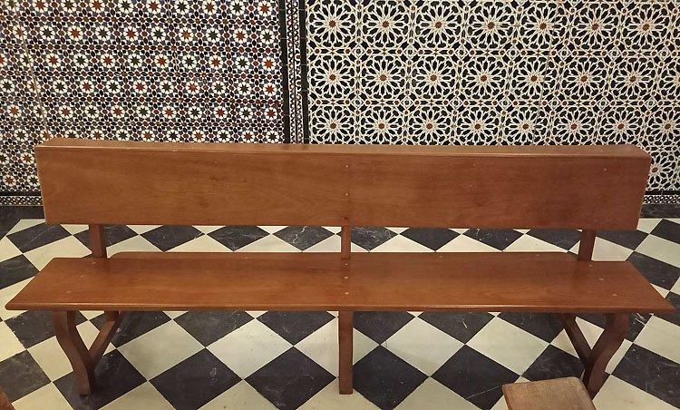 La capilla de San Bartolomé afronta la restauración de todos sus bancos de madera