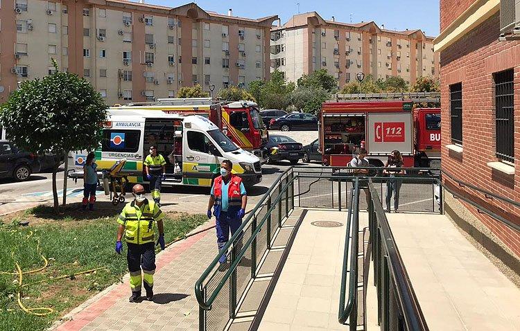 Una veintena de personas huyen de un incendio en su bloque de pisos en Utrera refugiándose en la azotea