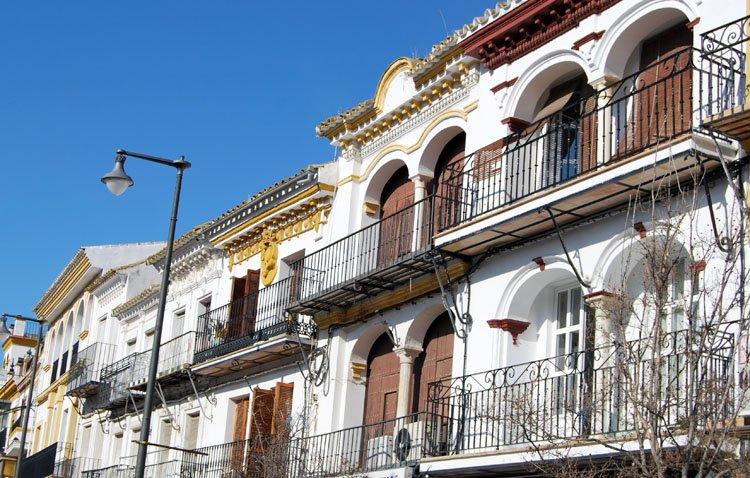La curiosa historia de los balcones de la plaza del Altozano