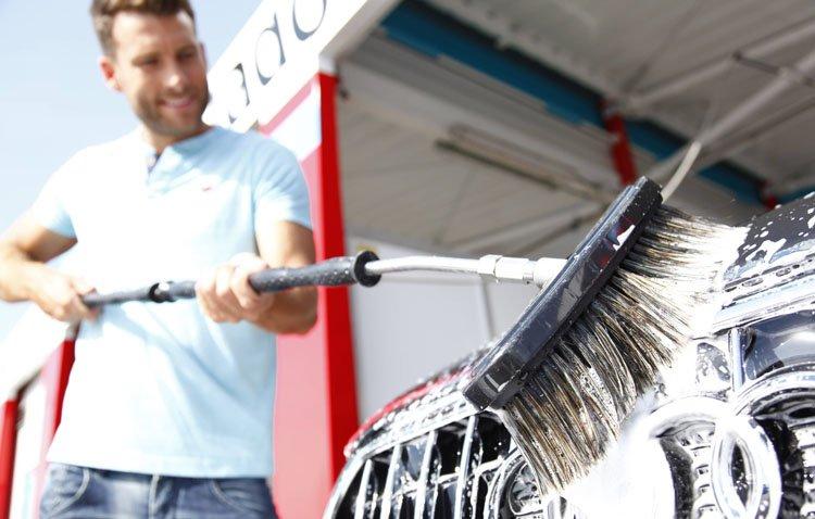 Estos son los errores habituales al lavar el coche en verano que pueden dañar el vehículo