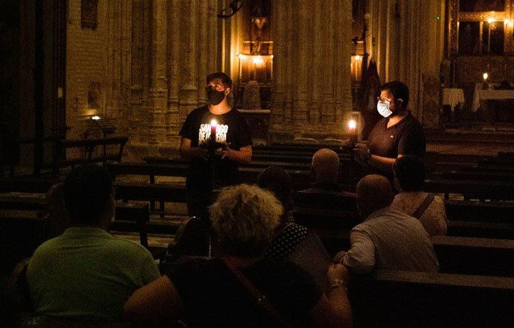 Unas visitas nocturnas para descubrir los secretos de la parroquia de Santiago a la luz de las velas