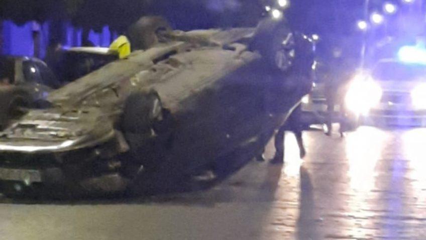 Un coche vuelca en plena calle Corredera por causas que se desconocen (Vídeo)