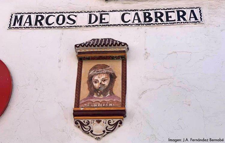 El azulejo de Jesús Nazareno en la calle Marcos de Cabrera, entre el olvido y el vandalismo