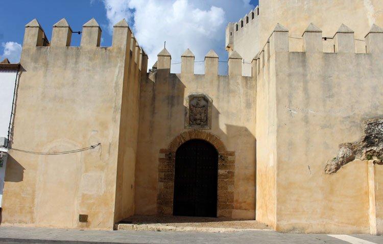 El castillo de Los Molares pone a la venta un restaurante y una vivienda