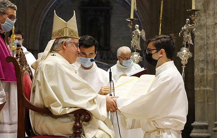 El arzobispo ordena diácono a un miembro de la hermandad de los Estudiantes [IMÁGENES]