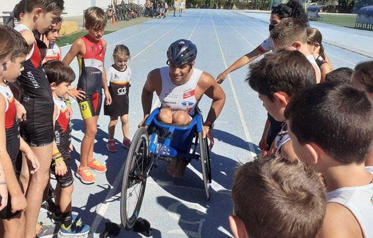 La lección de superación del deportista paralímpico José Manuel Quintero a los jóvenes de Utrera [GALERÍA]