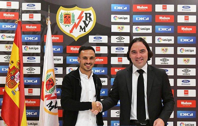 El futbolista utrerano Álvaro García continuará en Primera División tras renovar con el Rayo Vallecano hasta 2026