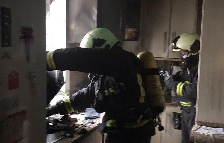 Evacuada al hospital por inhalación de humo una mujer de 76 años tras el incendio de su casa en el centro de Utrera