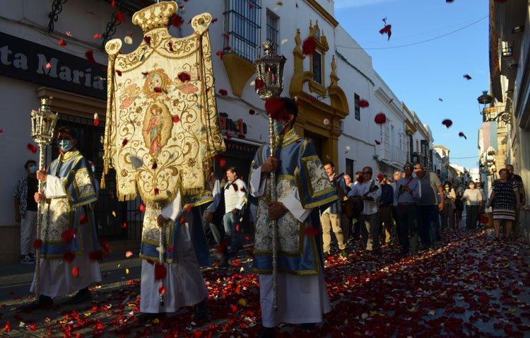 Campanilleros, altares, pétalos y banderas para enmarcar un rosario extraordinario en torno a María Auxiliadora en Utrera [FOTOS Y VÍDEO]